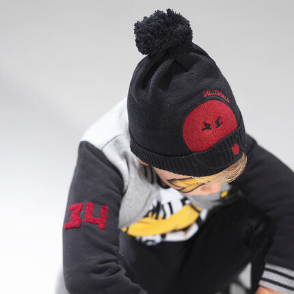 Knit cap with pompom and a felt ©Smiley patch