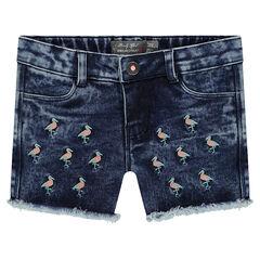 Short en jeans effet used avec flamants roses brodés